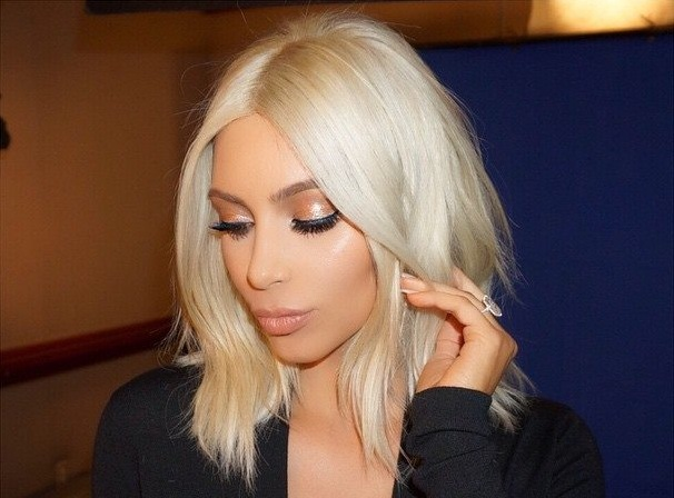 Kim Kardashian se desnuda en Twitter