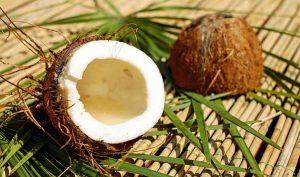 Cabello crespo nutrido con aceite de coco