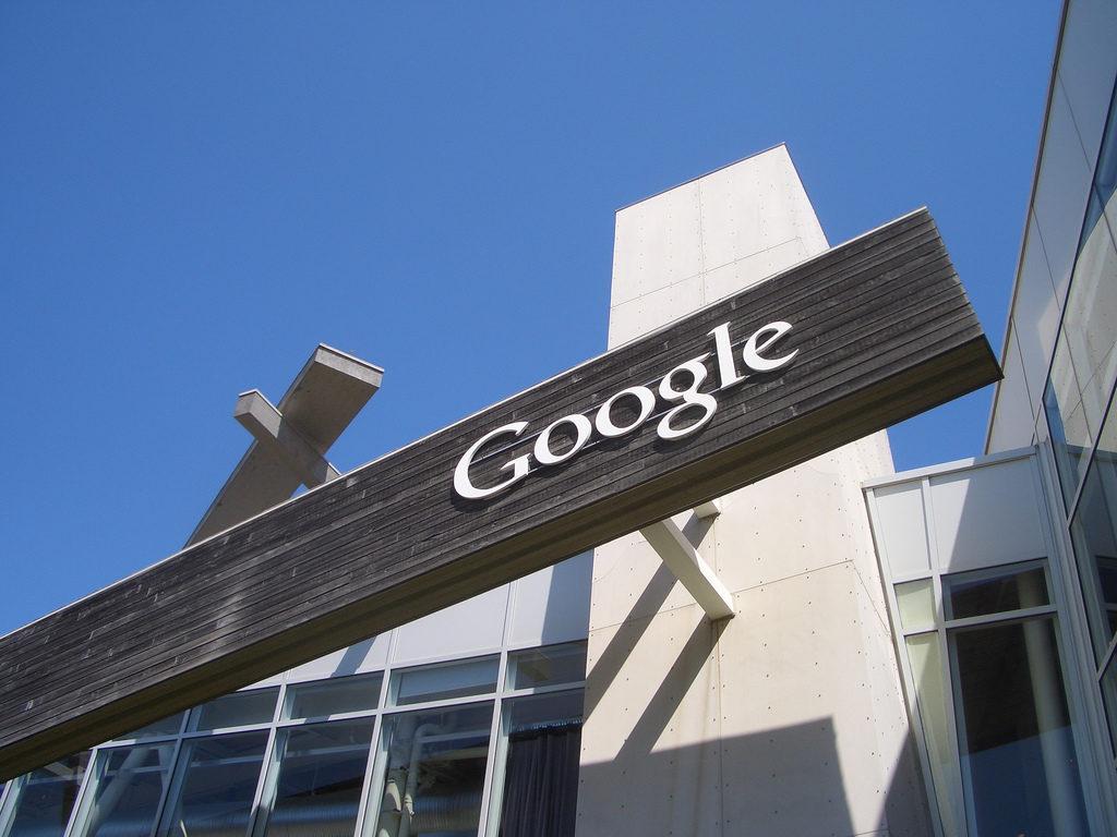 Google fue multada por abuso de posición dominante