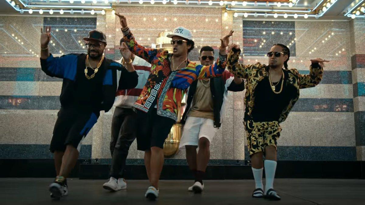 Asi es que como Bruno Mars demuestra que tambien baila muy bien