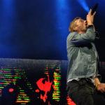 Chris Martin complace a su fanaticada